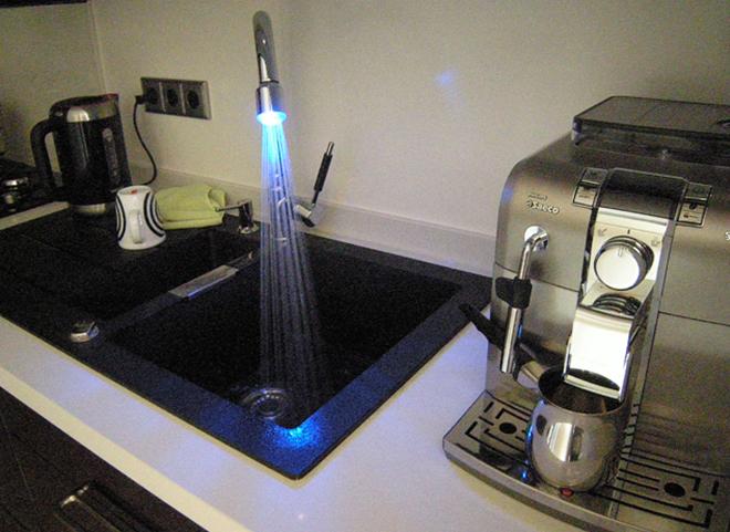 keuken inbouwapparatuur met kraan met licht