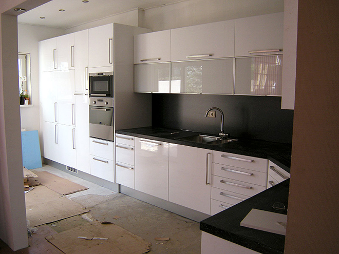 Voorbereidingen worden getroffen voor keukenmontage